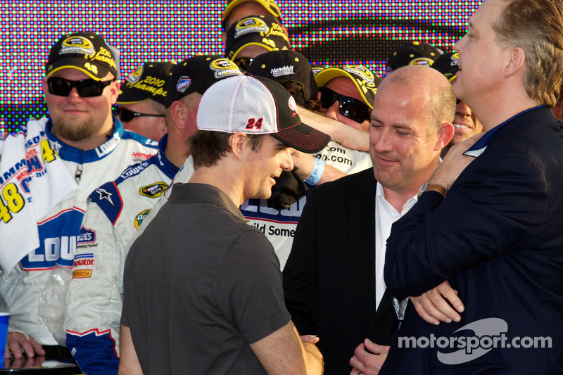 De 'victory lane': Jeff Gordon, Hendrick Motorsports Chevrolet feliciteren het winnende team