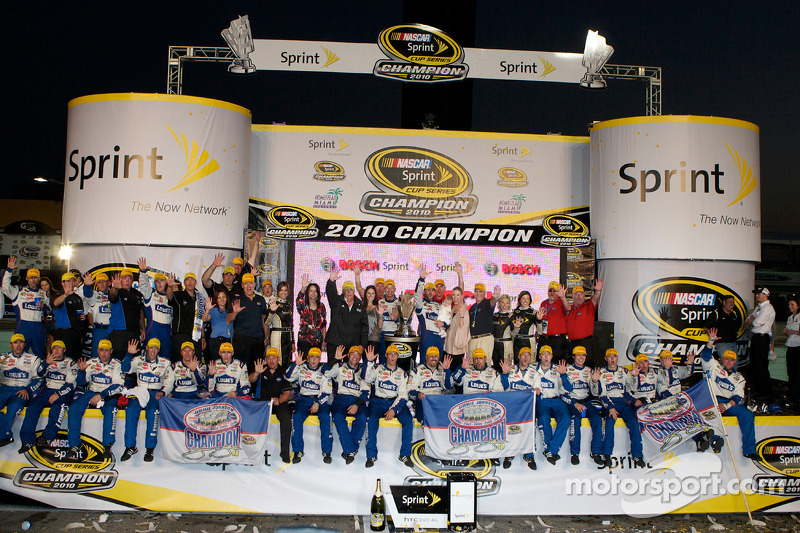 De 'victory lane': NASCAR Sprint Cup Series 2010 kampioen Jimmie Johnson, Hendrick Motorsports Chevrolet viert feest