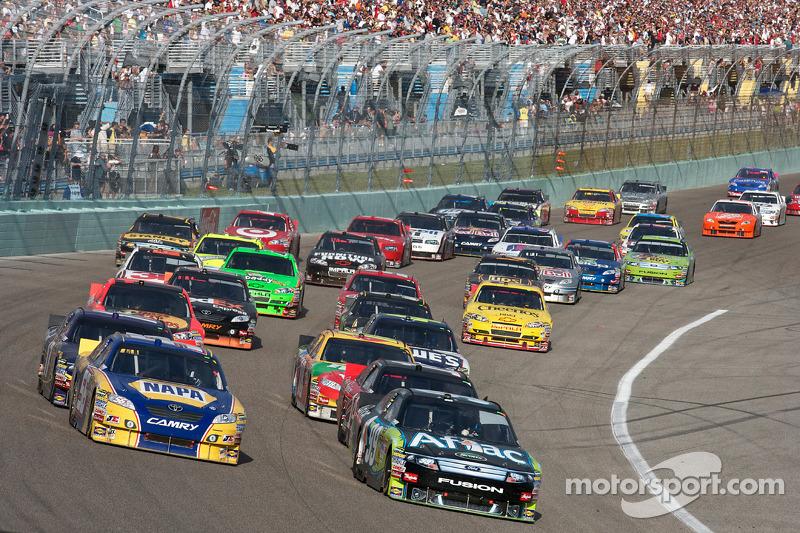 Carl Edwards, Roush Fenway Racing Ford en Martin Truex Jr., Michael Waltrip Racing Toyota voert het veld aan