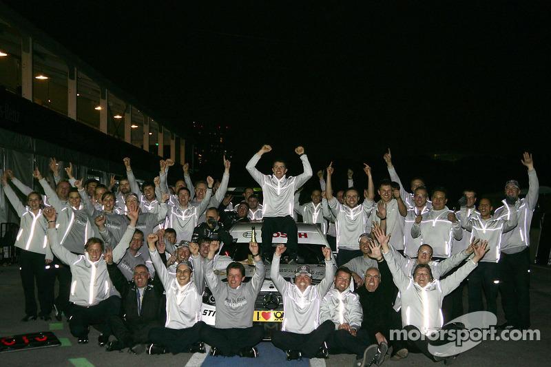DTM 2010 kampioen Paul di Resta, Team HWA AMG Mercedes viert feest met zijn team