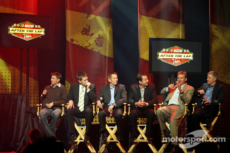 Clint Bowyer spreekt tijdens de 2010 NASCAR After The Lap show bij The Joint in de Hard Rock Hotel & Casino