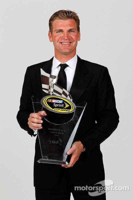NASCAR rijder Clint Bowyer met trofee 10de plaats