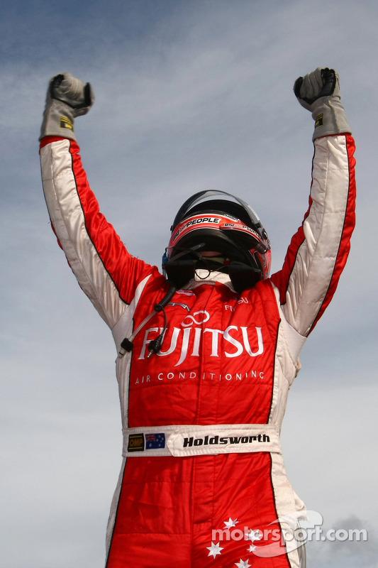 Lee Holdsworth viert feest na de laatste race van het 2010 V8 Supercars Championship-seizoen