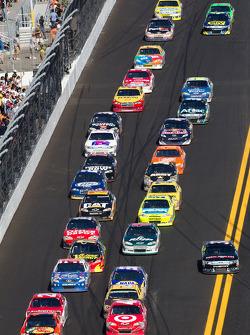 Restart: Jamie McMurray, Earnhardt Ganassi Racing Chevrolet and Juan Pablo Montoya, Earnhardt Ganassi Racing Chevrolet lead the field