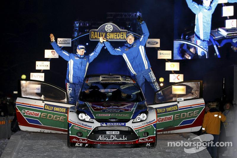 Les vainqueurs Mikko Hirvonen et Jarmo Lehtinen célèbrent