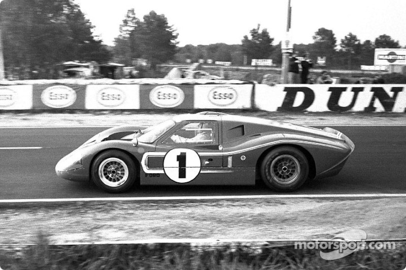 Dan Gurney and A.J. Foyt (1) ganaron en el GT-40 Mark IV.