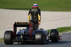 Vitaly Petrov, Lotus Renault F1 Team stops on track