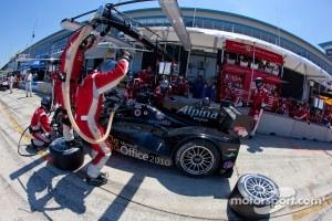 Pit stop for #055 Level 5 Motorsports Lola Honda: Scott Tucker, Ryan Hunter-Reay, Luis Diaz