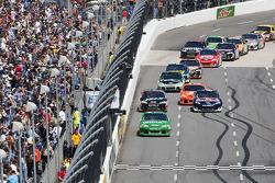 Jamie McMurray, Earnhardt Ganassi Racing Chevrolet leads the field