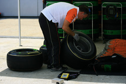 Force India mechanic at work