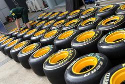 Team Lotus mechanics, Pirelli tyres
