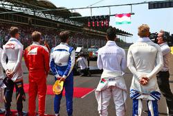 Пілоти слухають національний гімн Угорщини