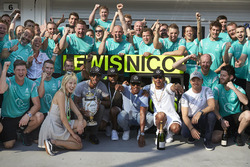Winner Lewis Hamilton, Mercedes AMG F1 Team, second place Nico Rosberg, Mercedes AMG F1 Team celebrate with the team