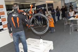Atmosfera durante la presentazione della bici Orange1 by Colnago dedicata alla 24 Ore di Spa