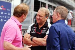 Jonathan Palmer mit Robert Fernley, Sahara Force India F1 Team, stellvertretender Teamchef, und Martin Brundle, Sky Sports