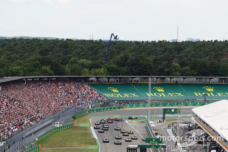 Hamilton toma en primera posición la primera curva de Hockenheim