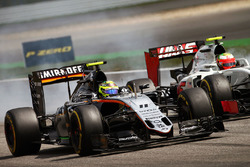 Sergio Perez, Sahara Force India F1 VJM09 e Esteban Gutierrez, Haas F1 Team VF-16 lottano per la posizione