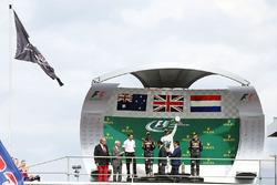 المنصة: الفائز بالسباق لويس هاميلتون، مرسيدس، المركز الثاني دانيال ريكاردو، ريد بُل، المركز الثالث ماكس فيرشتابن، ريد بُل