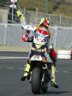 Valentino Rossi, Repsol Honda Team wird von Noriyuki Haga, Aprilia Racing, zur Siegerehrung gefahren