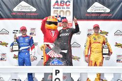 Подиум: победитель гонки - Уилл Пауэр, Team Penske Chevrolet, второе место - Михаил Алешин, Schmidt Peterson Motorsports Honda, третье место - Райан Хантер-Рей, Andretti Autosport Honda