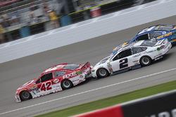 Kyle Larson, Chip Ganassi Racing, Chevrolet; Brad Keselowski, Team Penske, Ford