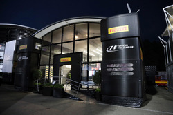 Pirelli motorhome de noche