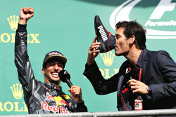 Podium: Daniel Ricciardo, Red Bull Racing met Mark Webber