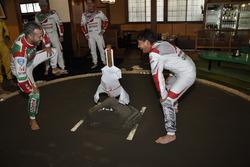Tiago Monteiro y Ryo Michigami pracican sumo