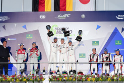 Podium: ganadores, Timo Bernhard, Mark Webber, Brendon Hartley, Porsche Team, segundos, Marcel Fässler, Andre Lotterer, Audi Sport Team Joest, terceros Stéphane Sarrazin, Mike Conway, Kamui Kobayashi, Toyota Racing