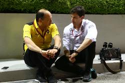 (Da sx a dx): Frederic Vasseur, direttore corse Renault Sport F1 Team e Toto Wolff, azionista e direttore esecutivo Mercedes AMG F1