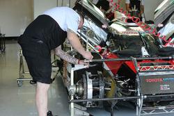 Mechanic working on the car #5 Toyota Racing Toyota TS050 Hybrid: Sébastien Buemi, Kazuki Nakajima, Anthony Davidson