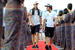 Romain Grosjean, Haas F1 Team and Fernando Alonso, McLaren Honda