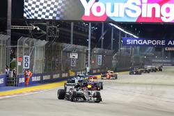 Un marshal corre lungo il circuito mentre Nico Rosberg, Mercedes AMG F1 W07 Hybrid è al comando alla ripartenza