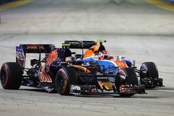 Carlos Sainz Jr., Scuderia Toro Rosso STR11 and Esteban Ocon, Manor Racing MRT05 battle for position