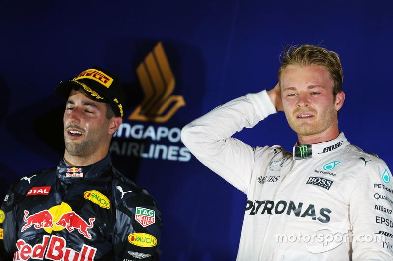 El podio: segundo puesto Daniel Ricciardo, Red Bull Racing y ganador de la carrera Nico Rosberg, Mercedes AMG F1
