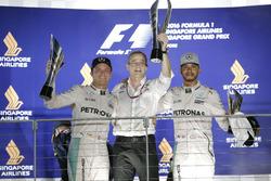 Nico Rosberg, Mercedes AMG F1 W07 Hybrid y Lewis Hamilton, Mercedes AMG F1 en el podio