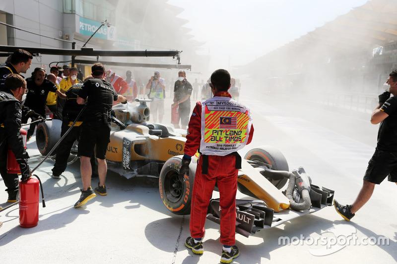 El coche quemado de Kevin Magnussen, Renault Sport F1 Team RS16