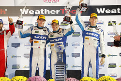 Les vainqueurs John Pew, Oswaldo Negri Jr., Olivier Pla, Michael Shank Racing, Michael Shank