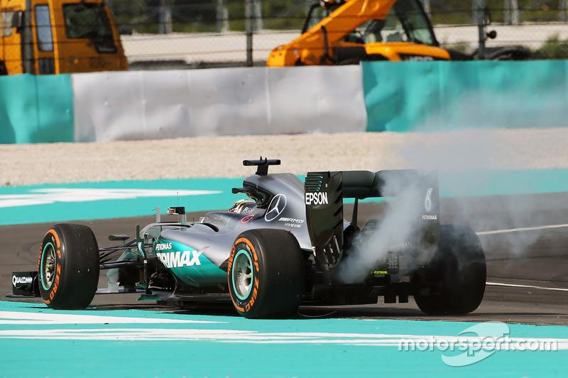 Lewis Hamilton, Mercedes AMG F1 W07 Hybrid  retirado de la carrera por problemas con el motor