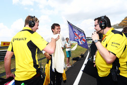 Jolyon Palmer, Renault Sport F1 Team on the grid with Jack Clarke, Driver and Physio (Left) and Julien Simon-Chautemps, Renault Sport F1 Team Race Engineer (Right)
