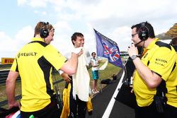 Перед стартом: Джолион Палмер, Renault Sport F1, Джек Кларк, физиотерпаевт (слева), Жюльен Симон-Шотам, Renault Sport F1, гоночный инженер (справа)