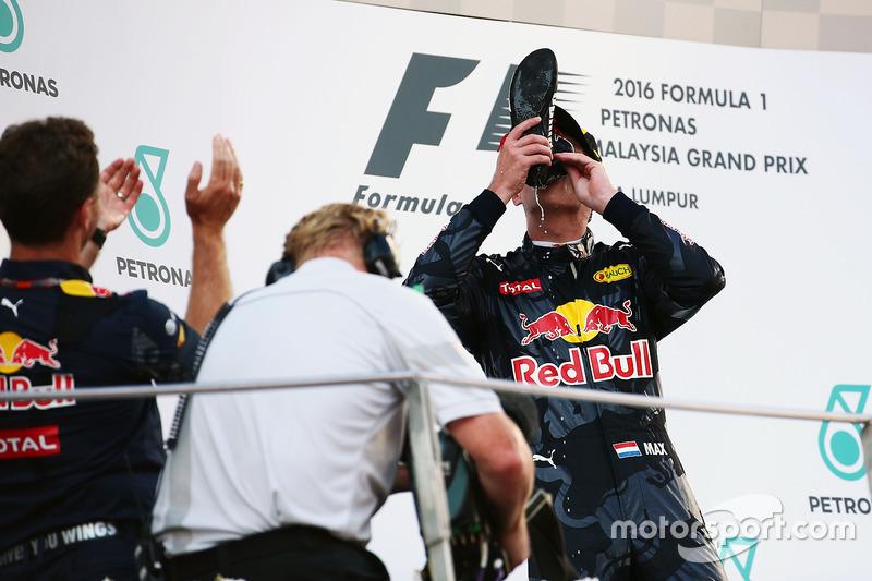 Segundo puesto Max Verstappen, Red Bull Racing celebra en el podio bebe champagne de la bota del ganador de la carrera Daniel Ricciardo, Red Bull Racing
