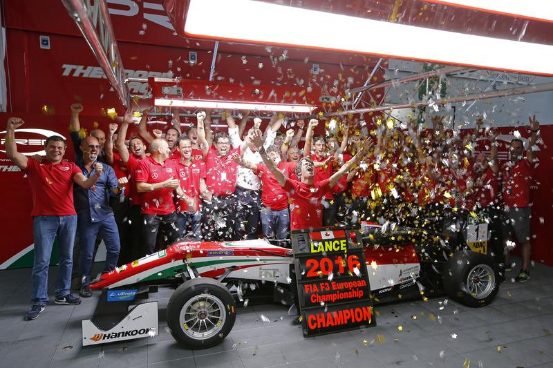 Чемпион 2016 года Лэнс Стролл, Prema Powerteam Dallara F312 – Mercedes-Benz празднует с командой