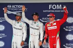 Clasificación top tres en parc ferme: Lewis Hamilton, de Mercedes AMG F1, segundo; Nico Rosberg, Mercedes AMG F1, ganador de la pole; Kimi Raikkonen, de Ferrari, tercero