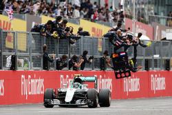 Race winner Nico Rosberg, Mercedes AMG F1 W07 Hybrid