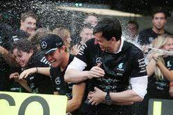 Sieger Nico Rosberg, Mercedes AMG F1, feiert den Konstrukteurstitel mit Toto Wolff, Mercedes AMG F1 Anteilseigner und Geschäftsführer, und dem Team