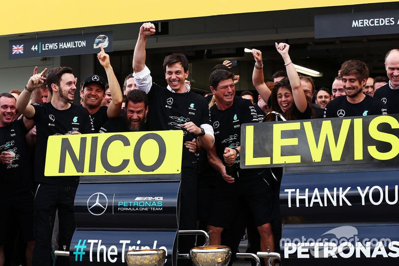 Керівник Mercedes AMG F1 Тото Вольфф святкує Кубок конструкторів з Ніко Росбергом, Mercedes AMG F1 і командою