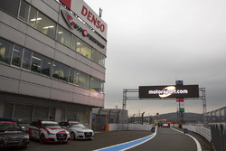 Pit alanında Motorsport.com logosu