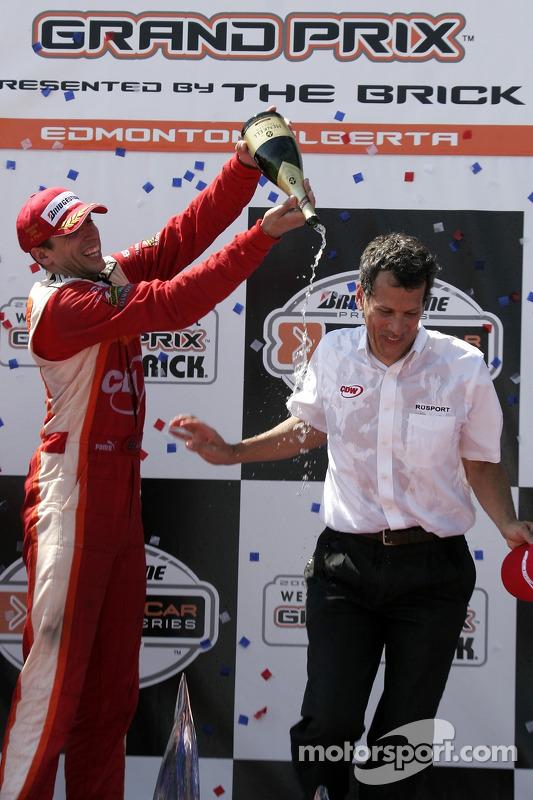 Justin Wilson et le propriétaire de l'équipe Carl Russo fêtent le podium avec du champagne
