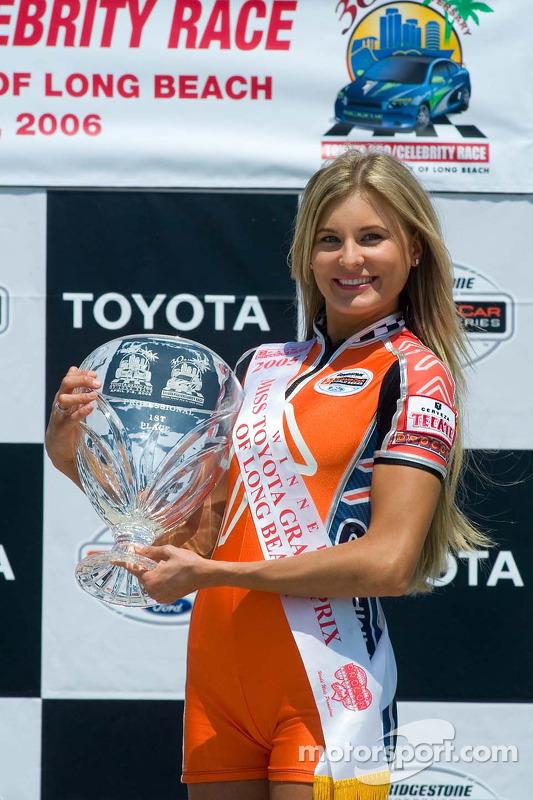 Miss Long Beach Grand Prix 2005 tient le trophée de la course des célébrités